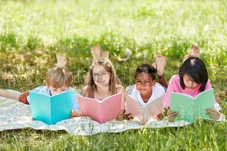 Kinder der Grundschule beim Lesen lernen
