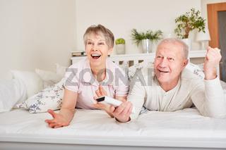 Senioren Paar begeistert beim Fernsehen