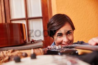 Frau als Lehrling macht Qualitätskontrolle