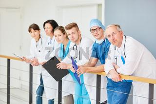 Ärzteteam mit jungen Ärzten in der Ausbildung