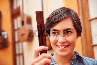 Gitarrenbauer Lehrling mit einem Ersatzteil
