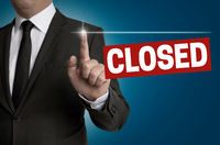 closed Touchscreen wird von Geschäftsmann bedient Konzept