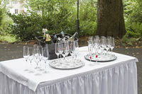 Gläser und Flaschen beim Sektempfang