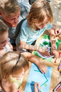 Kinder zeichnen Eigenheim und Recycling Logo