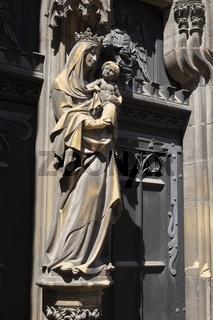 Colmar, Madonnenstatue an der Fassade der Stiftskirche Sankt-Martin