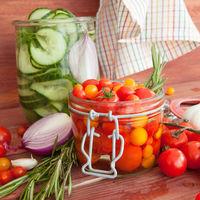 Frische Tomaten einlegen