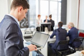 Start-Up Mann schreibt auf einem Notebook