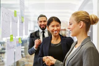 Geschäftsfrauen bedanken sich mit Handschlag