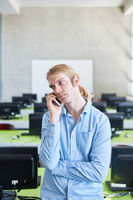 Student telefoniert mit dem Smartphone