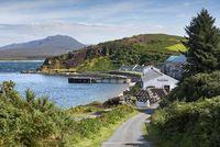 Die Whisky-Brennerei Bunnahabhain, dahinter die Isle of Jura