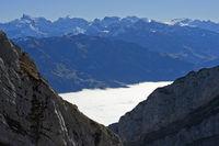 Blick vom Pilatus über das Nebelmeer im Tal zum Titlis Gipfel, Schweiz