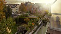 Balkon im Herbstlicht