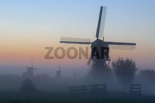 Historische WindmŸhlen im Nebel, UNESCO Weltkulturerbe, Kinderdijk, Provinz SŸdholland, Niederlande, Europa