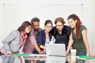 Team in einer Computer Schulung