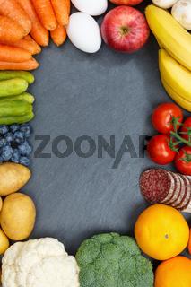 Obst und Gemüse Sammlung Lebensmittel Früchte essen Rahmen Hochformat Schieferplatte Textfreiraum von oben