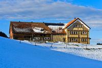 Typisches Appenzeller Bauernhaus im Winter, Schwende, Kanton Appenzell Ausserrhoden, Schweiz