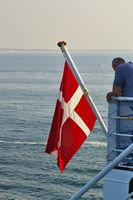 Dänische Flagge auf einem Fährschiff