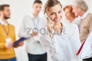 Startup Frau am Smartphone