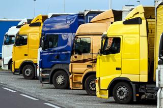 LKWs auf einem Autobahnparkplatz