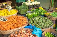 Gemüse und Salat in Körben auf einem Markt