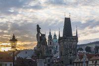KarlsBrücke in Prag in der Abenddämmerung