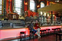 Schankraum der Jopen Brauerei in der ehemaligen Kirche De Jopenkerk, Haarlem, Niederlande