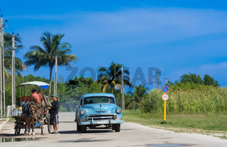 Kubanischer Strassenhändler verkauft seine Ware am Strassenrand