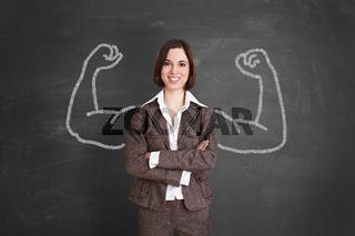 Starke Geschäftsfrau steht vor Tafel