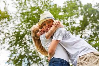 Geschwister umarmen sich glücklich
