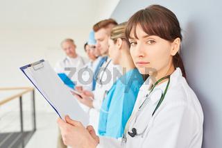 Studentin oder junge Ärztin in der Ausbildung