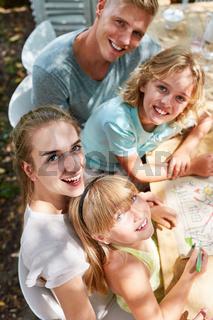 Familie hat Freude beim malen von Traumhaus