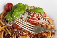 Silbergabel auf Spaghetti bolognese