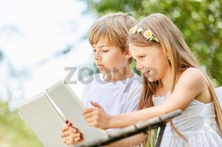 Junge und Mädchen mit Tablet im Computerkurs