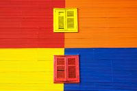 Bunte Wand mit zwei Fenstern in La Boca
