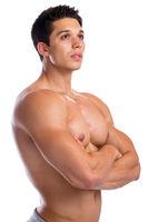 Bodybuilder Bodybuilding Muskeln Mann stark muskulös jung schaut nach oben Freisteller