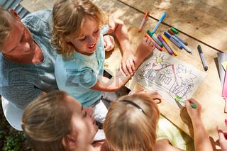Kreative Kinder und Eltern malen ein Haus