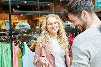 Junges Paar flirtet beim Shopping