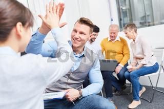 High Five zwischen Mann und Kollegin