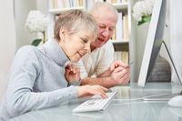 Senioren Paar beim online Banking