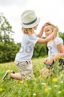 Bruder schmückt Haare seiner Schwester