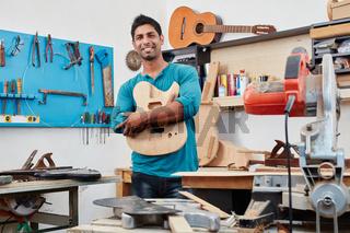 Handwerker mit dem Korpus einer neuen Gitarre