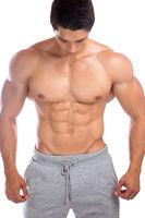 Bodybuilder Bodybuilding Muskeln Bauchmuskeln Sixpack Mann stark muskulös schaut nach unten Freisteller