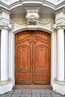 Barocke Eingangstür an einem alten Haus in Dresden