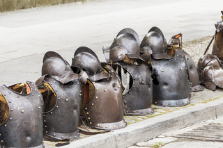 Ritterrüstungen und Helme am Bürgersteig. Die Ritterspiele können beginnen.