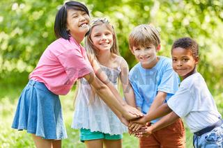 Kinder  stapeln Hände für die Integration