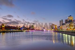 Puerto Madero in Buenos Aires in der Abenddämmerung