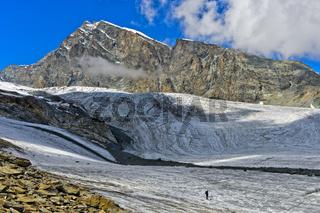 Wanderer überquert den Allalingletscher, Saas-Fee, Wallis, Schweiz