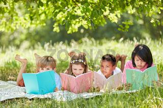 Multikulturelle Gruppe Kinder beim Lesen lernen