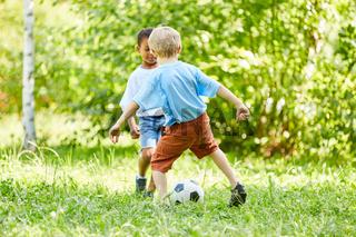 Zwei Jungen im Zweikampf beim Fußball