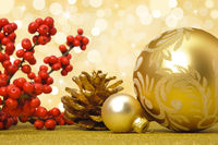 Weihnachtsdekoration mit goldener Christbaumkugel